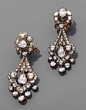 Paire de pendants d'oreilles en or jaune composés d'un motif rond serti de diamants taillés en rose portant une pampille sertie de d...