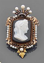 Broche camée rectangulaire. Elle est ornée d'un camée sur sardonyx gravé d'une tête de femme laurée. Monture à décor de feuillages s...