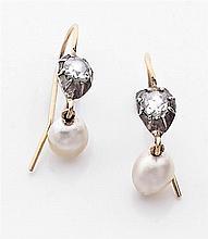 Paire de pendants d'oreilles perle fine Ils sont ornés chacun d'une perle fine poire percée surmontée d'un diamant taillé en rose mo...