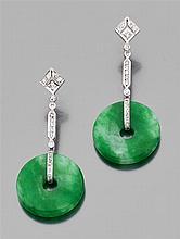 Paire de pendants d'oreilles en or sertis de petits diamants. Ils portent chacun un disque de jade jadéite. Poids brut : 15,3 gr. Lo...