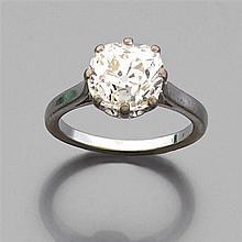 Bague diamant solitaire Elle est ornée d'un diamant taille brillant monté en solitaire (TA). Monture en or gris. Poids brut : 4,4 gr...