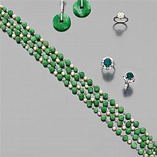 Magnifique sautoir composé de perles fines sur un rang de boules de jade jadéite vert et de diamants briolettes. Monture en or gris....