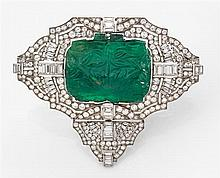 Grand broche émeraude gravée en platine de forme triangulaire ajourée à décor géométrique serti de diamants taille brillant et de di...