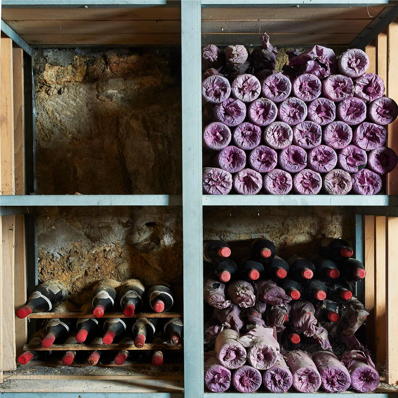 1 Caisse Collection 2000, composée de 1 bouteille Château AUSONE, 1° Grand Cru Saint-Emilion 2000 1 bouteille Château LATOUR, 1° c...
