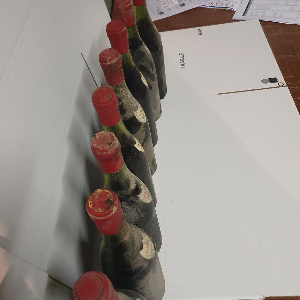 12 bouteilles BOURGOGNE ou VOSNE-ROMANEE, Jean Méo 1969 SE Présomption Vosne Romanée par inscription manuscrite dans la cave et étiq...