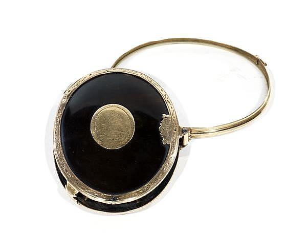 BELLE LOUPE FERMANTE de forme ovale, en écaille et monture en or gravé de rinceaux orné sur chaque face d'un médaillon monogrammé