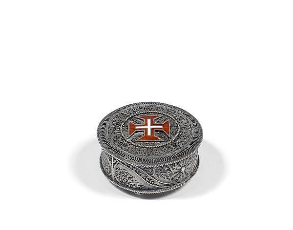 BOÎTE couverte en argent filigrané orné sur le dessus d'une croix émaillée rouge et blanche de l'ordre du Christ, elle repose sur trois
