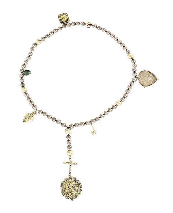 CHAPELET en argent et argent doré présentant des sphères et composé d'éléments du XVIIIesiècle dont une médaille ovale ornée sur un...