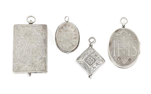 ENSEMBLE Comprenant quatre reliquaires en argent à décor gravé d'un côté des lettres