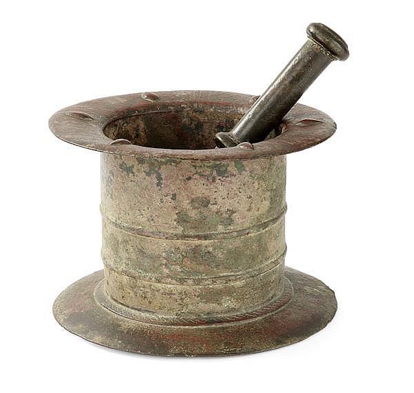 MORTIER cylindrique en bronze fondu et gravé