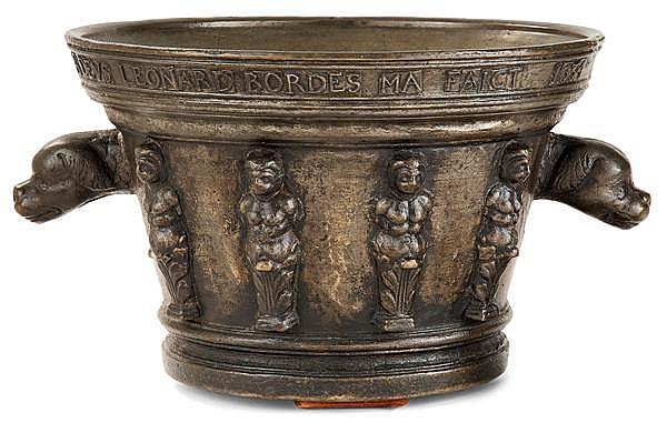 IMPORTANT MORTIER patronymique et daté en bronze de forme tronconique, il porte en partie supérieure le texte suivant