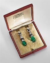 Paire de pendants d'oreilles en platine composés chacun d'un motif en forme de clochette pavée de petits diamants soulignés d'émai...