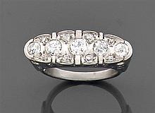 Bague rivière ornée de cinq diamants taille brillant en sertissure sur un pavage de plus petits diamants. Monture en platine. ...
