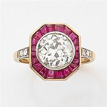 Bague hexagonale en or jaune ornée d'un diamant taille brillant (DT) en serti clos dans un entourage de rubis trapèzes. Anneau serti...