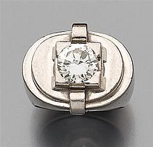 Bague chevalière de dame Elle est de forme ovale à gradins portant un diamant taille brillant en chaton à grosses griffes carrées. M...