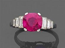 Bague rubis coussin Elle est ornée d'un rubis de forme coussin en chaton à griffes. Il est encadré de six diamants baguettes de tail...