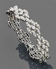 René BOIVIN Année 1938 Bracelet ruban souple et articulé en platine, composé de maillons losangiques faits chacun de navettes articu...