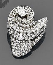 Clip coquillage Il représente un coquillage stylisé orné au centre d'un diamant taille brillant sur un décor tournant de diamants ta...