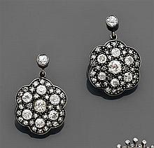 Paire de boucles d'oreilles dormeuses Elles retiennent un motif polylobé pavé de diamants taille brillant (TA). Monture en or jaune ...