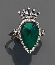 Bague écusson couronné Elle est composée d'une émeraude cabochon piriforme surmontée d'une couronne comtale. Monture en or gris reha...