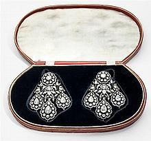 Rare et magnifique paire de girandoles Elles sont à décor floral de pivoines et de feuillages sertis de diamants taillés en rose mon...