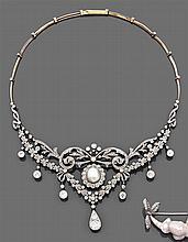 Collier draperie perle fine Il est constitué d'une collerette de volutes et pampilles entièrement rehaussée de diamants taille brill...