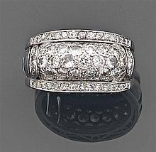 Bague jonc pavée de diamants taille brillant entre deux lignes de plus petits diamants. Monture en platine repercé. Travail des anné...