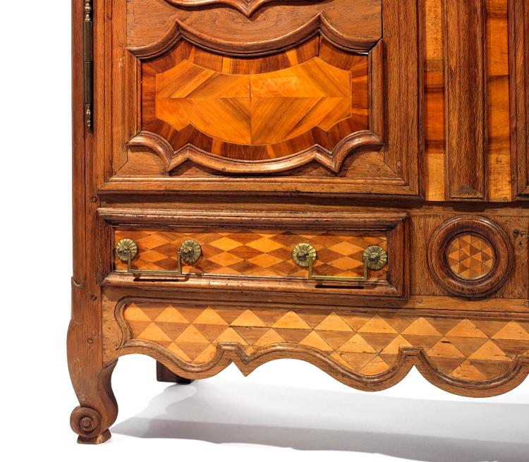 Armoire en ch ne et bois de placage d cor d 39 une marqueteri for Patiner une armoire