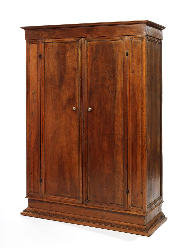 armoire en noyer d cor de moulures formant r serves elle. Black Bedroom Furniture Sets. Home Design Ideas