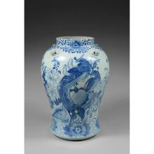 GRANDE JARRE BALUSTRE  en porcelaine et bleu de cobalt sous couverte, la panse accostée de têtes de monstres, à décor d'un phénix...