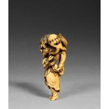 ~ NETSUKE  en ivoire de belle patine, en forme de Ryujin tenant un joyau dans la main, un dragon dans le dos. Non signé.  (Un pe...