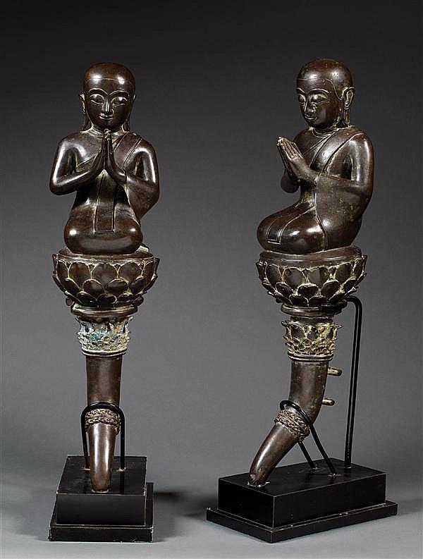 SUITE DE DEUX ADORANTS en bronze de patine sombre, représentant Sariputra et Mahamaudgalyayana, premier et second disciples du Boudd...