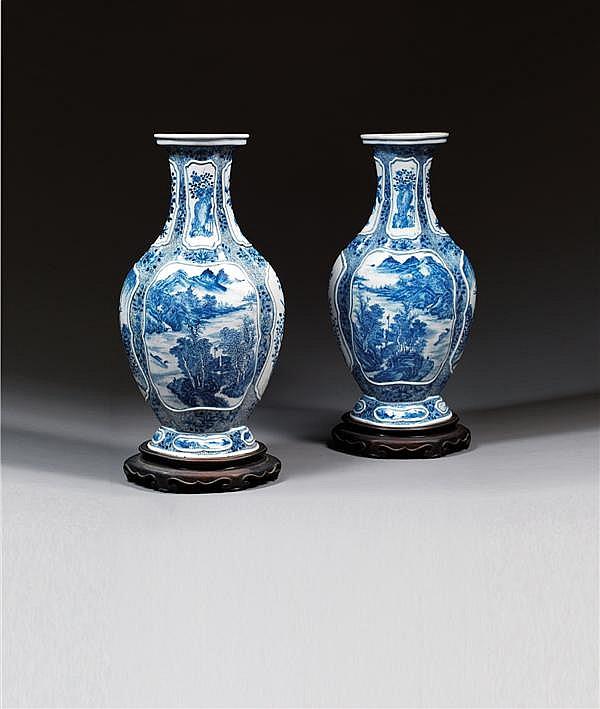 IMPORTANTE PAIRE DE GRANDS VASES BÉGONIAS en porcelaine blanche et bleu de cobalt sous couverte, à base cintrée, col évasé et panse pol
