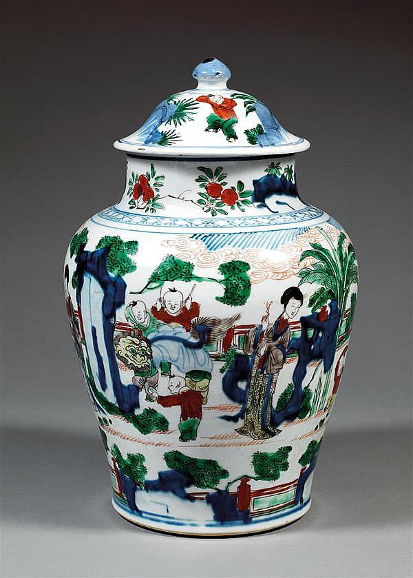 JARRE COUVERTE en porcelaine blanche et émaux polychromes cinq couleurs, dits