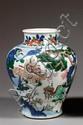 JARRE en porcelaine blanche et émaux polychromes wucai, dits