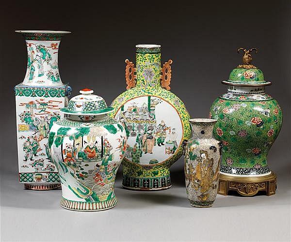 JARRE COUVERTE en porcelaine blanche et émaux polychromes dans le style de la famille verte, à base étroite, panse ovoïde et petit col