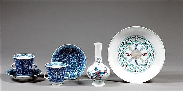 SUITE DE DEUX SORBETS ET SOUS-TASSES en porcelaine blanche et bleu de cobalt sous couverte, reposant sur un petit pied, les parois e...