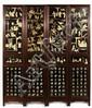 PARAVENT À QUATRE PANNEAUX en bois naturel et incrustations d'ivoire, à décor, cantonné dans trois compartiments rectangulaires, de ...