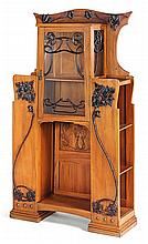 ART NOUVEAU ITALIEN An ash wood display cabinet with brass and stained wood ornaments. Height. 79 3/8 in. - Width. 43 3/4 in. - Depth.