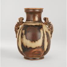 BODE WILLUMSEN (1895-1989) & ROYAL COPENHAGUE (MANUFACTURE) Vase balustre en grès, prises formées de dragons, coulures d'émail beige...