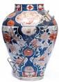 JARRE en porcelaine d'Imari, bleu de cobalt sous couverte, rouge de fer sur couverte et dorure, la panse fuselée et le petit col cyl...