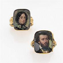 Ensemble de deux bagues à portrait  en or jaune, l'un des anneaux à décor de palmettes