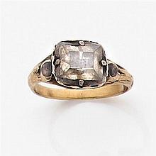 Bague en or et argent ornée d'un diamant table monté à fond émaillé bleu. Travail français du début du XVIIIème siècle. Poids brut :...