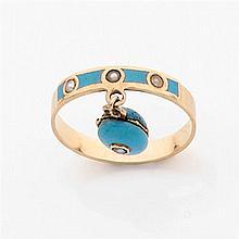 Petit anneau lanière en or jaune émaillé bleu turquoise orné de trois demi-perles