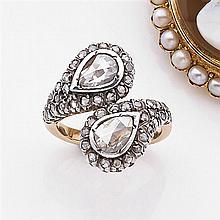 Bague croisée diamant Elle est ornée de deux diamants poires taillés en rose dans un entourage de petits diamants taillés en rose. M...