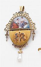 Pendentif émail Il est de forme ovale articulé réhaussé d'un émail, jeunes femmes et cygne. Dans un entourage de demi-perles, une pe...