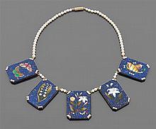 Collier mosaïque Il est composé de cinq mosaïques de pierres décoratives sur lapis-lazuli. Elles représentent un bouquet de fleurs, ...