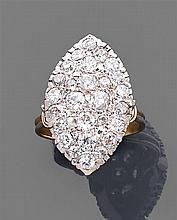 Bague marquise pavée de diamants taille brillant (TA) en serti à grains. Monture en or de deux tons. Poids brut : 7,7 gr. Poids des ...