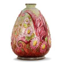 CAMILLE FAURÉ (1874-1956) Vase ovoïde en cuivre sur base argentée, décor en bas-relief d'une frise de feuilles et de fleurettes, é...