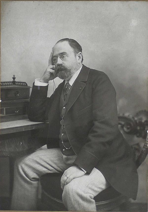 Giacomo Brogi (1822-1881) Emile Zola, vers 1900 Épreuve argentique originale, montée sur carton imprimé du photographe 182 X 145 MM